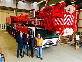 Steve Filipov và Thomas Schramm (Cần cẩu Terex) với Jan-Ebe Boerema của Wagenborg, và người điều khiển cần cẩu Stephan Kupper