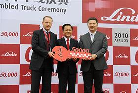 Otmar Hauck, Kion Group's chief operating officer and CP Quek, Linde's CEO, hand the