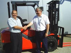 Juake Ferrari from Nexen Lift Trucks' Brazilian dealership sealing the deal with his customer.
