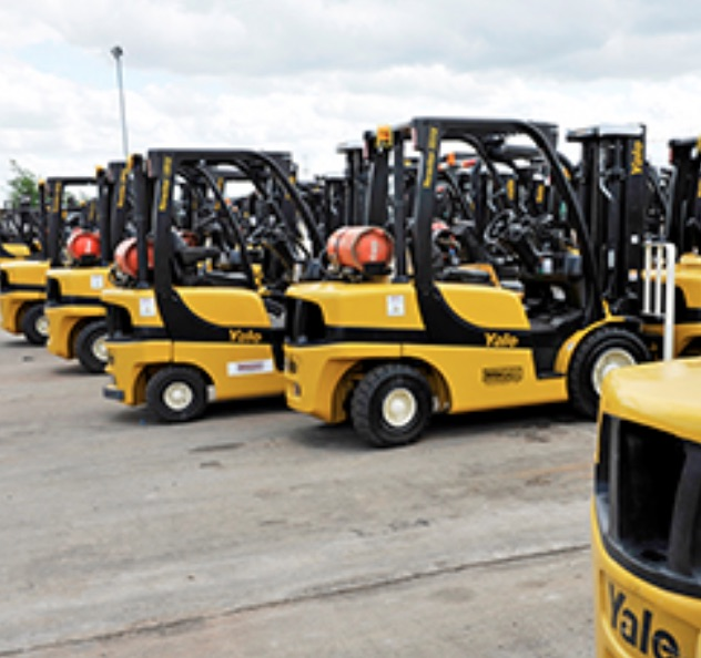 Hyster-Yale Materials Handling, Inc. (NYSE:HY) Dips Under Moving Averages